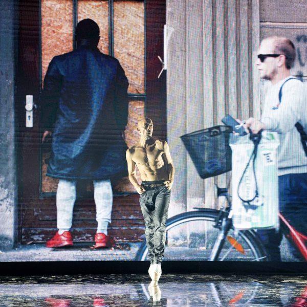 Eine Kooperation des Staatstheaters Cottbus mit dem Lausitz Festival ANTIGONE NEUROPA Performance zum deutsch-deutschen Nationalfeiertag von Filip Markiewicz und Ruth Heynen (Uraufführung) Szenenfoto mit (Bildmitte) Claude Bardouil Foto: Marlies Kross