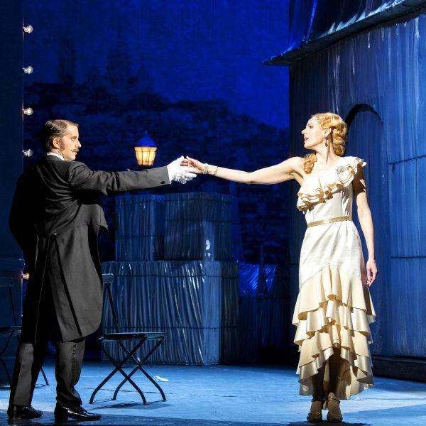 Staatstheater Cottbus DIE LUSTIGE WITWE Operette in drei Akten von Franz Lehár Szenenfoto mit Dániel Foki (Graf Danilo Danilowitsch) und Sophie Klußmann (Hanna Glawari) (Foto: Marlies Kross)