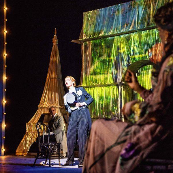 Staatstheater Cottbus DIE LUSTIGE WITWE Operette in drei Akten von Franz Lehár Szenenfoto mit (Bildmitte): Sophie Klußmann (Hanna Glawari) und Ensemble (Foto: Marlies Kross)