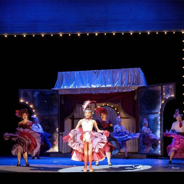 Staatstheater Cottbus DIE LUSTIGE WITWE Operette in drei Akten von Franz Lehár Szenenfoto mit (vorn): Georgina Melville (Valencienne) und Ensemble (Foto: Marlies Kross)