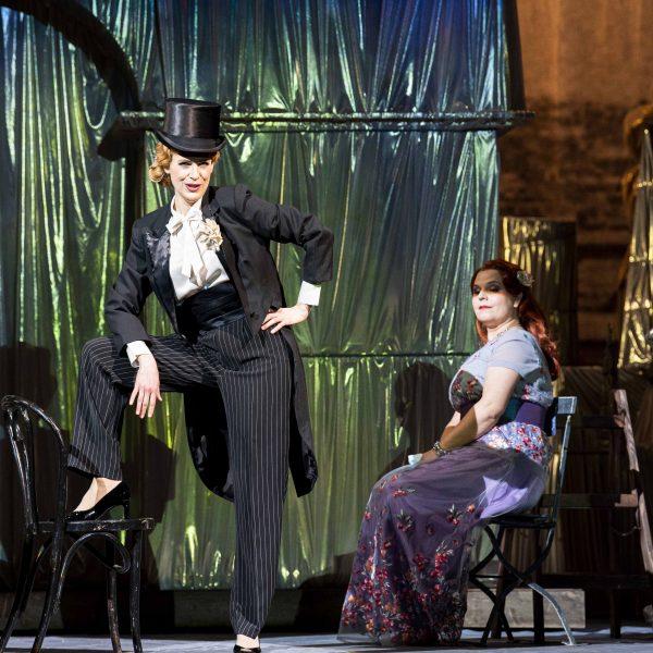 Staatstheater Cottbus DIE LUSTIGE WITWE Operette in drei Akten von Franz Lehár Szenenfoto mit (v.l.n.r.): Sophie Klußmann (Hanna Glawari) und Katharina Kopetzky (Sylviane) (Foto: Marlies Kross)