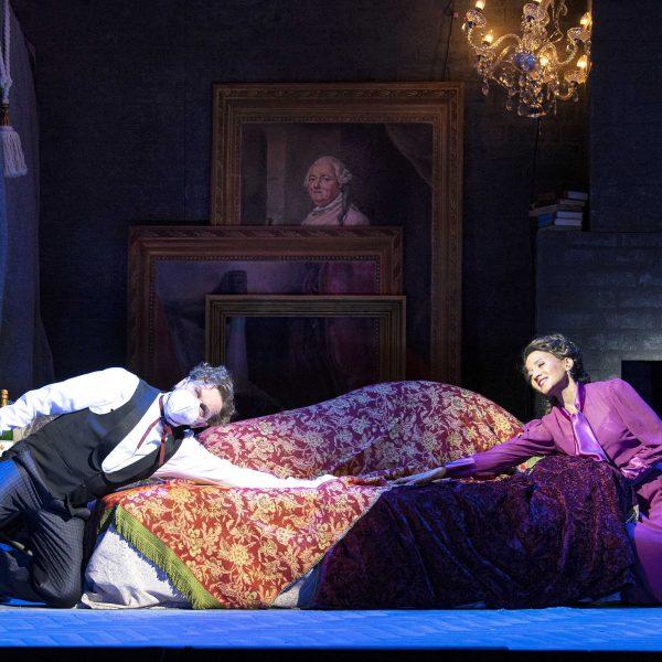 Staatstheater Cottbus DIE LUSTIGE WITWE Operette in drei Akten von Franz Lehár Szenenfoto mit Hardy Brachmann (Camille de Rosillon) und Georgina Melville (Valencienne) (Foto: Marlies Kross)