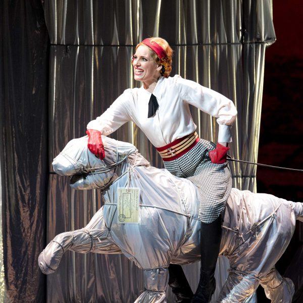 Staatstheater Cottbus DIE LUSTIGE WITWE Operette in drei Akten von Franz Lehár Szenenfoto mit Sophie Klußmann (Hanna Glawari) (Foto: Marlies Kross)