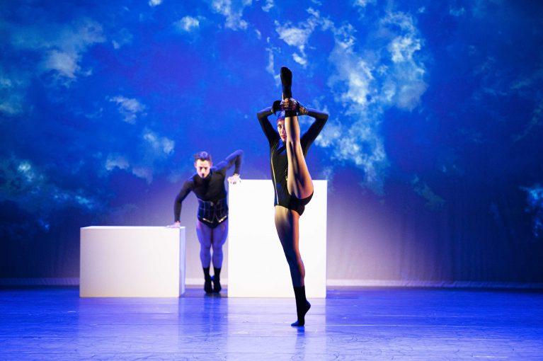 Staatstheater Cottbus SHAKESPEARES SONETTE Ein Ballettabend von Jörg Mannes (Uraufführung) Szenenfoto mit (von vorn nach hinten): Alessandra Armorina und Stefan Kulhawec (Foto: Marlies Kross)