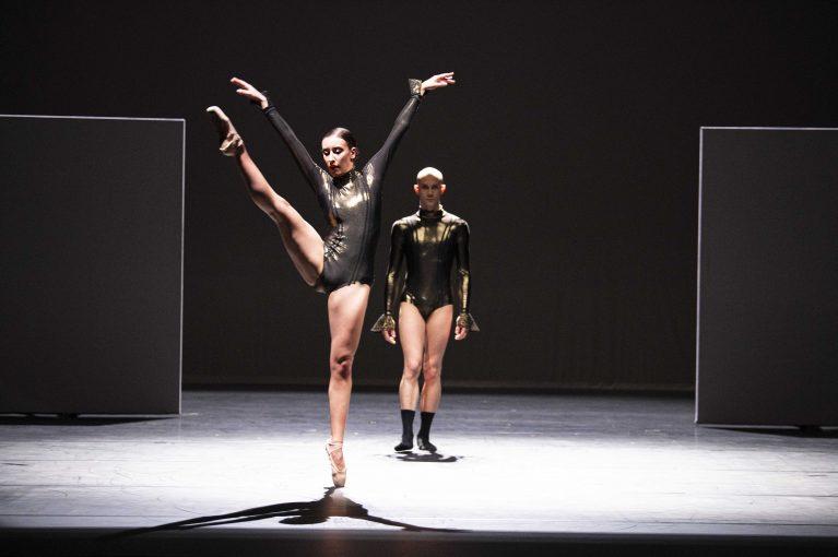 Staatstheater Cottbus SHAKESPEARES SONETTE Ein Ballettabend von Jörg Mannes (Uraufführung) Szenenfoto mit Alessandra Armorina und Alyosa Forlini (Foto: Marlies Kross)