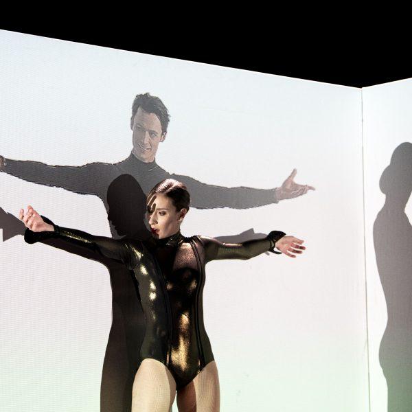 Staatstheater Cottbus SHAKESPEARES SONETTE Ein Ballettabend von Jörg Mannes (Uraufführung) Szenenfoto mit Alessandra Armorina; (in der Videoprojektion) Stefan Kulhawec (Foto: Marlies Kross)