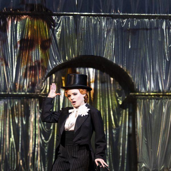 Staatstheater Cottbus DIE LUSTIGE WITWE Operette in drei Akten von Franz Lehár Szenenfoto mit Tanja Kuhn (Hanna Glawari); (in der Videoprojektion) Dániel Foki (Graf Danilo Danilowitsch) (Foto: Marlies Kross)