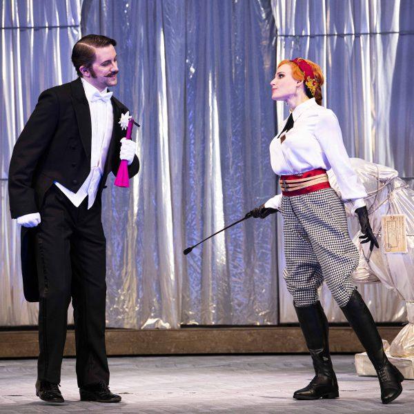 Staatstheater Cottbus DIE LUSTIGE WITWE Operette in drei Akten von Franz Lehár Szenenfoto mit Dániel Foki (Graf Danilo Danilowitsch) und Tanja Kuhn (Hanna Glawari) (Foto: Marlies Kross)