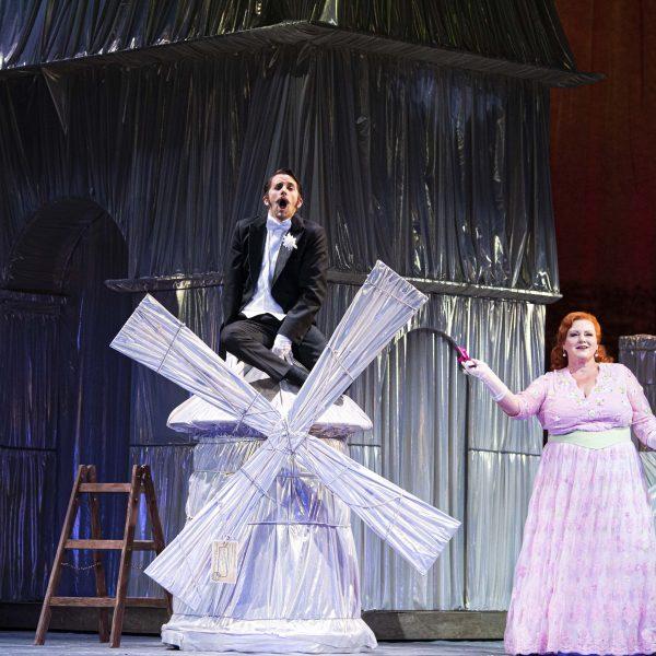 Staatstheater Cottbus DIE LUSTIGE WITWE Operette in drei Akten von Franz Lehár Szenenfoto mit Dániel Foki (Graf Danilo Danilowitsch) und Sandra Bösel (Praškowia) (Foto: Marlies Kross)