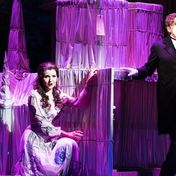 Staatstheater Cottbus DIE LUSTIGE WITWE Operette in drei Akten von Franz Lehár Szenenfoto mit Rahel Brede (Valencienne) und Hardy Brachmann (Camille de Rosillon) (Foto: Marlies Kross)