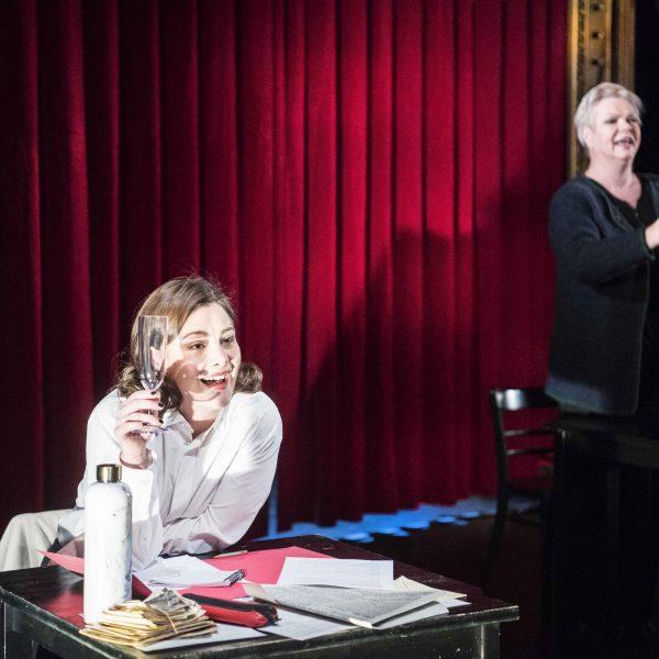 Staatstheater Cottbus Uraufführung ... MEIN GANZES HERZ Ein biografisch-musikalischer Abend für Fritz Löhner-Beda Szenenfoto mit (v.l.n.r.): Barbara Dussler und Carola Fischer (Foto: Marlies Kross)
