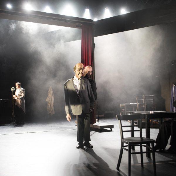 Staatstheater Cottbus Uraufführung ... MEIN GANZES HERZ Ein biografisch-musikalischer Abend für Fritz Löhner-Beda Szenenfoto mit: (Bildmitte) Patric Seibert-Wolf und (rechts) Carola Fischer (Foto: Marlies Kross)