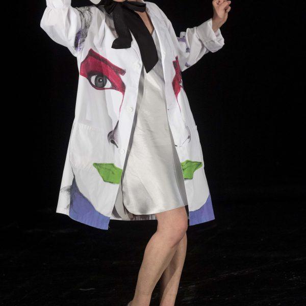 Staatstheater Cottbus Uraufführung WONDER WOMAN Eine moderne Heldinnengeschichte von Antonio Latella Szenenfoto mit Sigrun Fischer (Foto: Rainer Weisflog)