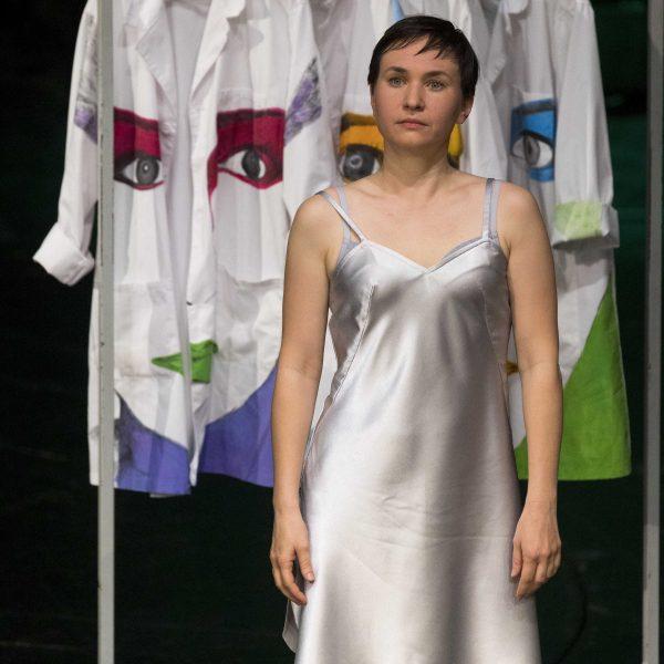 Staatstheater Cottbus Uraufführung WONDER WOMAN Eine moderne Heldinnengeschichte von Antonio Latella Szenenfoto mit Ariadne Pabst (Foto: Rainer Weisflog)