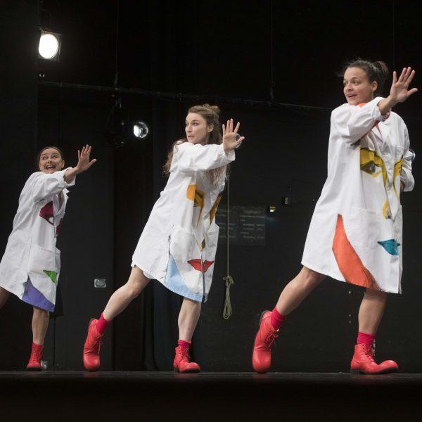 Staatstheater Cottbus Uraufführung WONDER WOMAN Eine moderne Heldinnengeschichte von Antonio Latella Szenenfoto mit (v.l.n.r.): Sigrun Fischer, Lisa Schützenberger und Anouk Wagener (Foto: Rainer Weisflog)