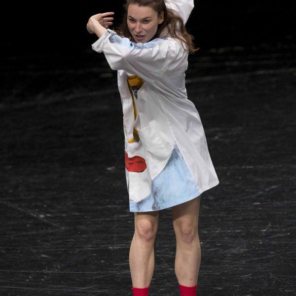 Staatstheater Cottbus Uraufführung WONDER WOMAN Eine moderne Heldinnengeschichte von Antonio Latella Szenenfoto mit Lisa Schützenberger (Foto: Rainer Weisflog)