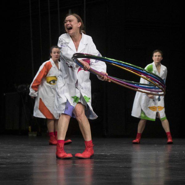 Staatstheater Cottbus Uraufführung WONDER WOMAN Eine moderne Heldinnengeschichte von Antonio Latella Szenenfoto mit: (vorn) Sigrun Fischer; (hinten v.l.n.r.) Anouk Wagener und Ariadne Pabst (Foto: Rainer Weisflog)