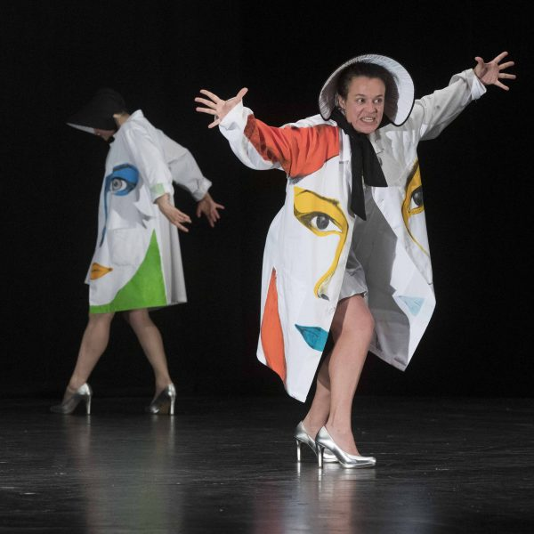 Staatstheater Cottbus Uraufführung WONDER WOMAN Eine moderne Heldinnengeschichte von Antonio Latella Szenenfoto mit (vorn) Anouk Wagener (Foto: Rainer Weisflog)