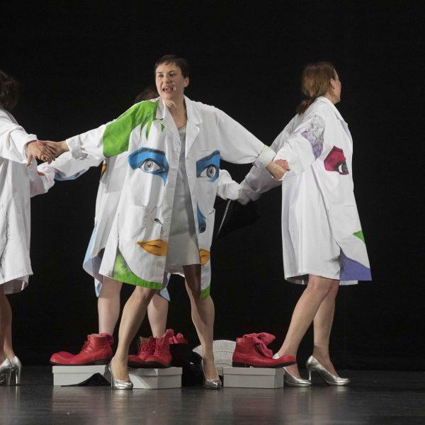 Staatstheater Cottbus Uraufführung WONDER WOMAN Eine moderne Heldinnengeschichte von Antonio Latella Szenenfoto (Foto: Rainer Weisflog)