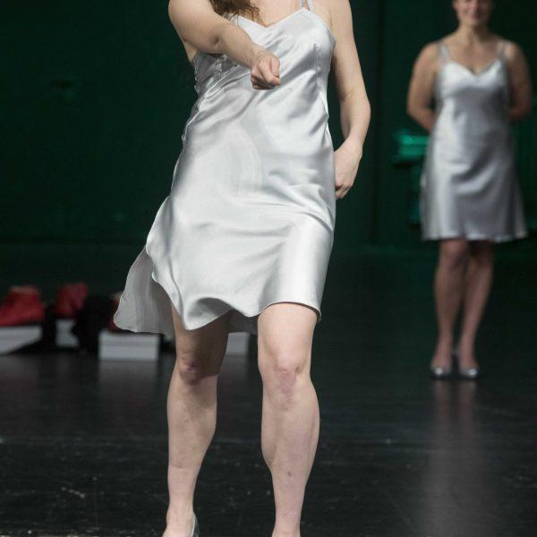 Staatstheater Cottbus Uraufführung WONDER WOMAN Eine moderne Heldinnengeschichte von Antonio Latella Szenenfoto mit (vorn) Lisa Schützenberger (Foto: Rainer Weisflog)
