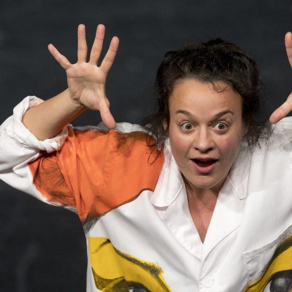 Staatstheater Cottbus Uraufführung WONDER WOMAN Eine moderne Heldinnengeschichte von Antonio Latella Szenenfoto mit Anouk Wagener (Foto: Rainer Weisflog)
