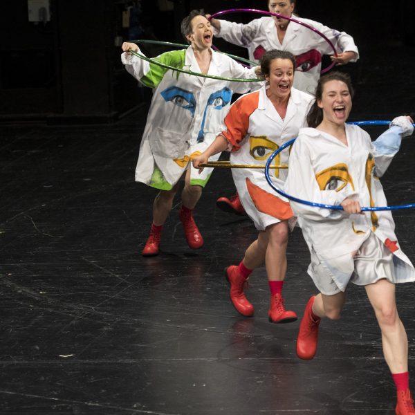 Staatstheater Cottbus Uraufführung WONDER WOMAN Eine moderne Heldinnengeschichte von Antonio Latella Szenenfoto mit (von vorn nach hinten): Lisa Schützenberger, Anouk Wagener, Ariadne Pabst und Sigrun Fischer (Foto: Rainer Weisflog)