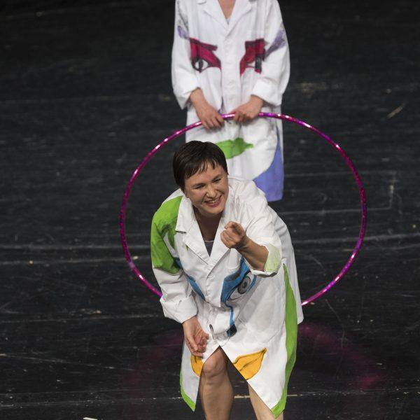 Staatstheater Cottbus Uraufführung WONDER WOMAN Eine moderne Heldinnengeschichte von Antonio Latella Szenenfoto mit (von vorn nach hinten): Ariadne Pabst und Sigrun Fischer (Foto: Rainer Weisflog)